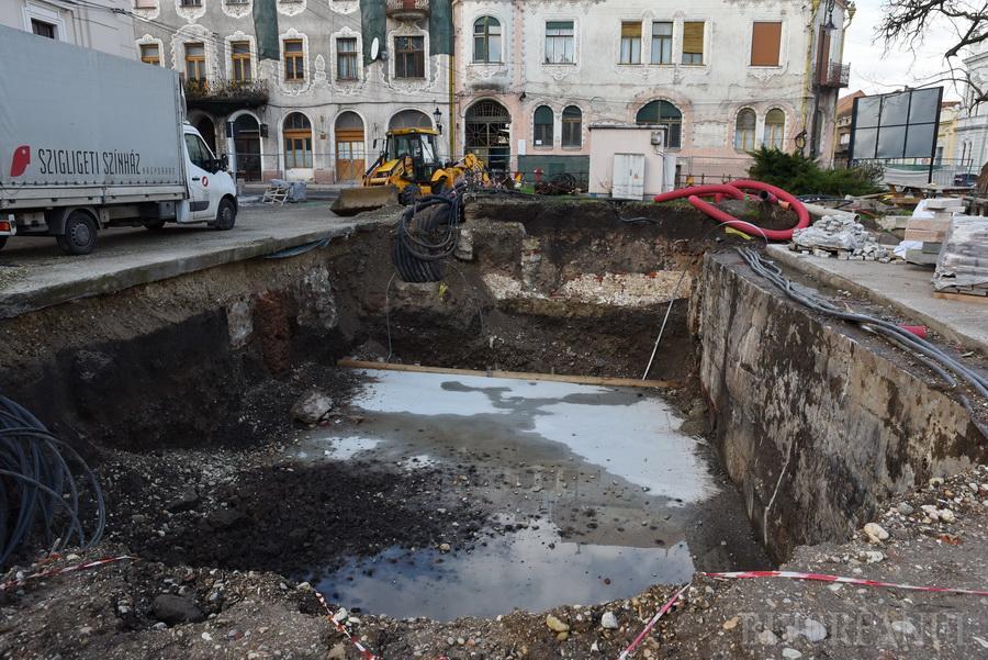 Săpaţi de meşteri: Reabilitarea Pieţei Ferdinand din Oradea, prelungită din cauza unei firme incapabile să termine lucrările la timp (FOTO)