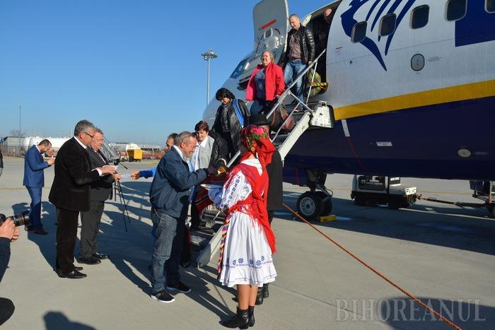 Bate vânt de la Orade…: Zborurile internaţionale pe Aeroportul Oradea au fost inaugurate cu tunuri de apă şi folclorişti (FOTO/VIDEO)