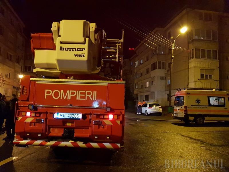 Sunt sechestrată! O tânără a ameninţat că se aruncă de la etajul trei al unui bloc din Oradea (FOTO / VIDEO)