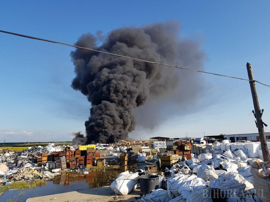 Incendiu URIAȘ la Nojorid: Un depozit de deșeuri plastice a luat foc! Mesaj RO-ALERT: Populația, sfătuită să nu iasă din casă (FOTO / VIDEO)