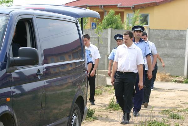 Poliţistul asasin, condus pe ultimul drum numai de câţiva colegi (FOTO)