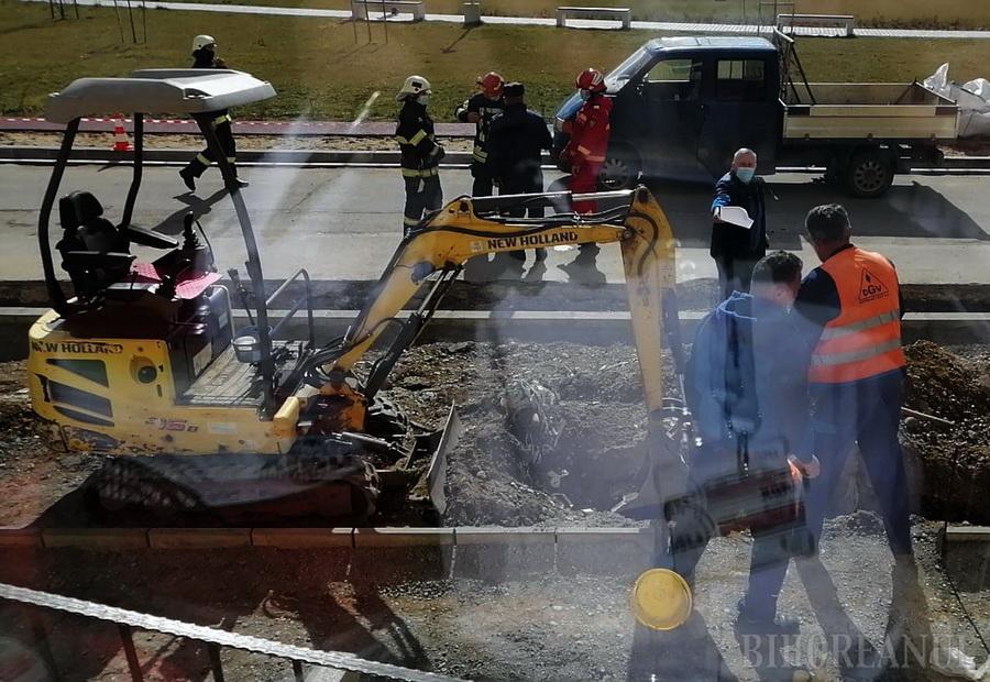 Alertă pe strada Barcăului din Oradea! Intervenţie de urgenţă a pompierilor după ce un bărbat a spart cu picamerul o conductă de gaz (FOTO)