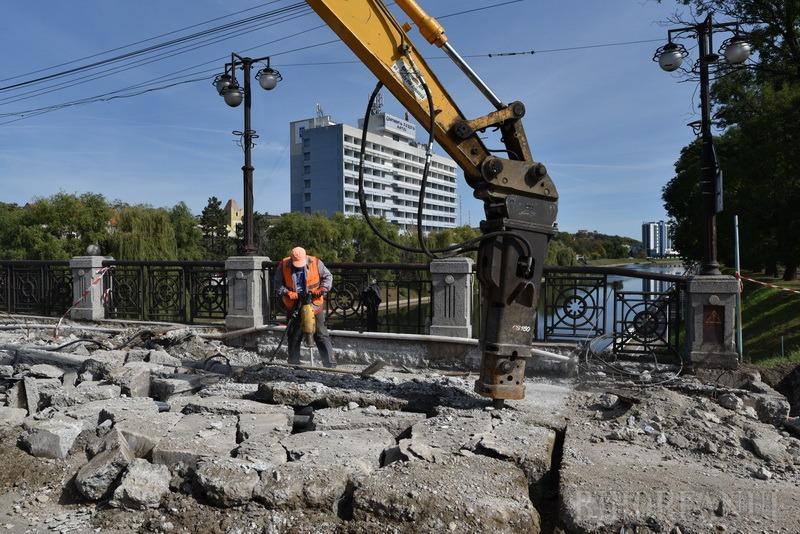 Traficul din zona Podului Dacia, dat peste cap de săpăturile pentru devierea reţelelor (FOTO / VIDEO)