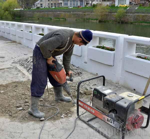 Ca să nu stea apa pe promenada de pe malul Crişului, ABA a comandat lucrări de reabilitare (FOTO)