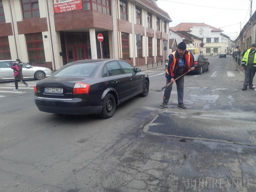 Asfalt tango: Străzile din Oradea au ieșit din iarnă pline de gropi, spre disperarea șoferilor nevoiți să facă slalom  (FOTO / VIDEO)