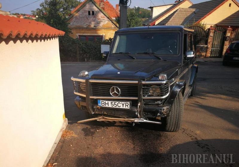Fără permis: Patronul restaurantului Cyrano a acroșat cu Mercedesul două maşini, după care s-a baricadat în vilă şi i-a ţinut la poartă pe poliţişti