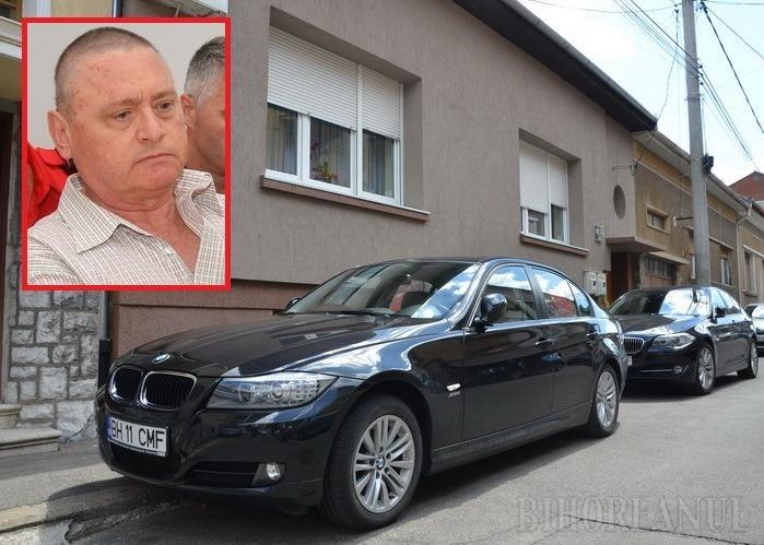 Constantin Romanul nu a fost despărţit, nici după prinderea în flagrant, de frumoasele BMW-uri ale familiei. Le va putea privi de la geamul casei sale, din arestul la domiciliu impus de judecători