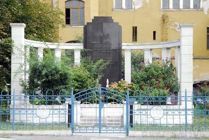 Monumentul ridicat în memoria evreilor deportaţi din Oradea situat lângă Sinagoga Ortodoxă din strada Mihai Viteazul