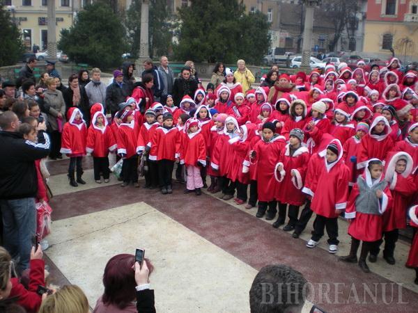 Ajutoarele lui Moş Crăciun au înroşit centrul oraşului