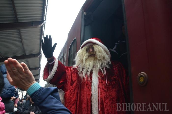 A venit Moş Crăciun! Copiii orădeni l-au aşteptat la Gară pe bătrânul cel darnic (FOTO/VIDEO)