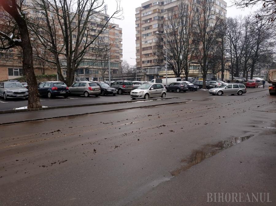 Șantier cu urme: Utilajele care lucrează la parcarea de lângă Catedrală, bune de amendat