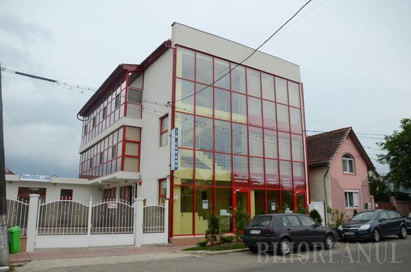 """SĂNĂTATE """"UPDATATĂ"""". Spitalul de la Oradea, care funcţionează într-o clădire modernă, situată pe strada Vlădeasa 70, este cel de-al treilea deschis de compania NewMedics în România, după Bucureşti şi Braşov. Pacienţii care se tratează aici au la dispoziţie 18 paturi, în secţii precum Medicină Internă, Cardiologie, Endocrinologie şi, în premieră naţională, Somnologie..."""