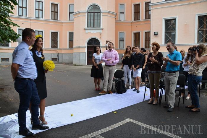 Nuntă la Gojdu: În cinstea celor 25 de ani de căsnicie, o orădeancă şi-a surprins soţul cu o petrecere în curtea Colegiului (FOTO/VIDEO)