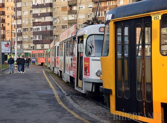 Cum circulă tramvaiele şi autobuzele de Crăciun