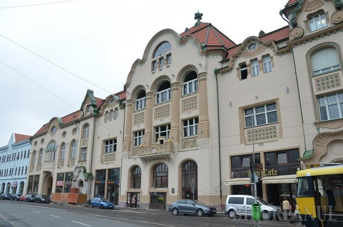 Fațadă nouă şi sclipitoare: Pe partea de pe Independenţei, Hotelul Vulturul Negru a terminat cu schelele (FOTO)
