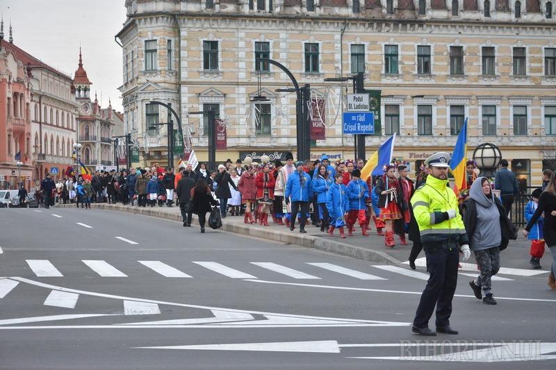Asta-i datina străveche: 350 de copii, în straie tradiționale, au colindat pe străzile Oradiei (FOTO/VIDEO)
