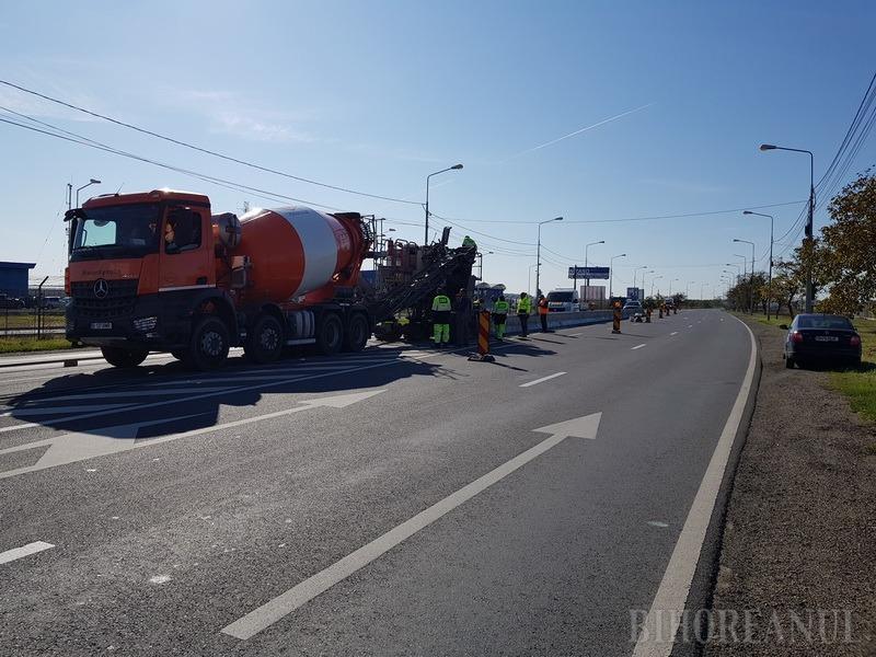 Atenţie, şoferi, trafic restricţionat în zona Aeroportului Oradea! Se toarnă, pe loc, parapeţi despărţitori de sens pe axul şoselei (FOTO/VIDEO)