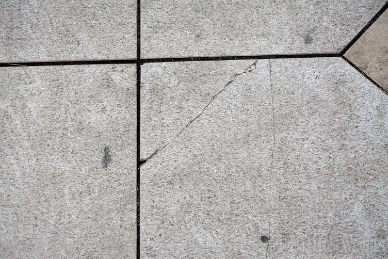 Crapă! Pavajul din Piaţa Unirii a început să cedeze la doar un an de la darea în folosinţă (FOTO)