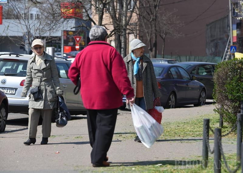 Persoanele cu vârste de peste 65 de ani vor putea ieşi din case în două intervale orare. Care sunt noile reguli