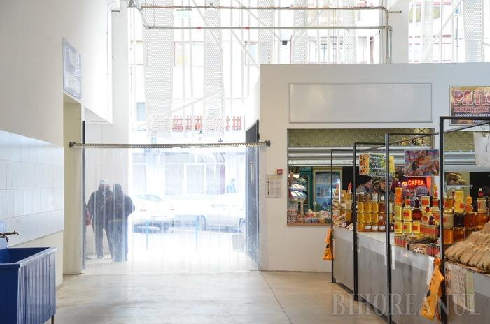Harţă ca-n piaţă: La două luni de la inaugurarea noii Pieţe Rogerius, comercianţii se plâng de frig, de locurile repartizate şi de preţuri (FOTO)
