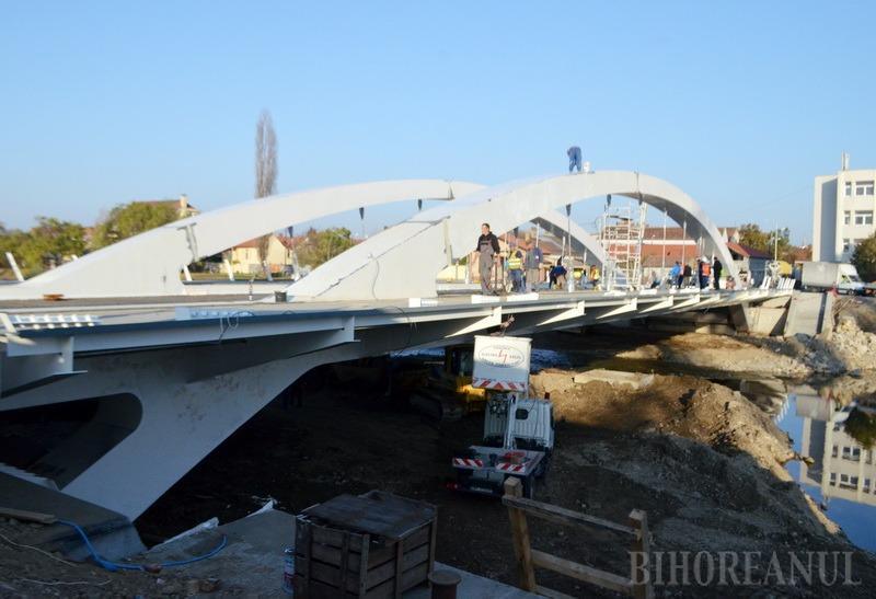 S-a turnat placa de beton. Podul Centenarului ar putea fi dat în folosinţă la sfârşitul lunii noiembrie (FOTO)