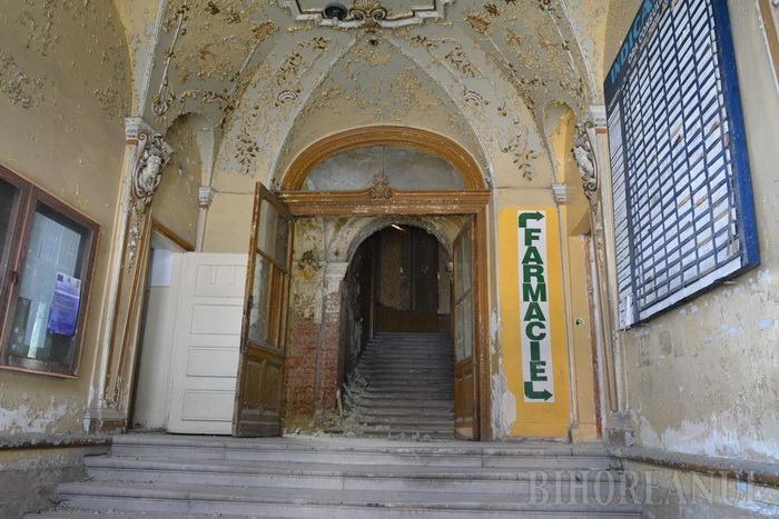 Palat pe moarte: Şefii Consiliului Judeţean Bihor n-au niciun plan pentru clădirea Policlinicii Mari (FOTO)