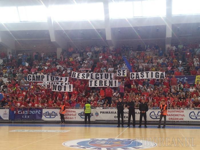 """Înainte de începerea partidei, galeria Leii Roşii a taxat faptul că arbitrii ar avantaja echipa Ploieştiului, afişând mesajul: """"Campioni suntem noi! Respectul se câştigă în teren!"""""""
