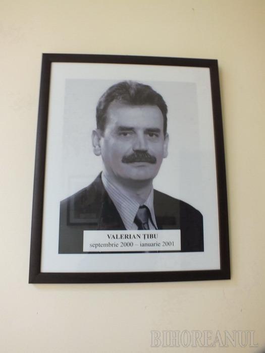 Claudiu Pop dă de pereţi cu înaintaşii: a expus pe hol o galerie cu toţi prefecţii bihoreni din 1990 încoace (FOTO)