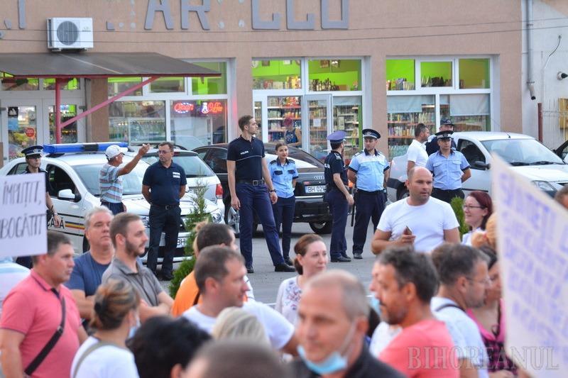 Localnicii din Sântandrei au ieşit în stradă împotriva mirosurilor: Nutripork de ce ne-mpuţi? Ar fi cazul să te muţi! (FOTO / VIDEO)