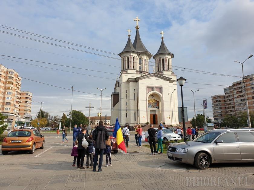 Protest anti-măști, cu mesaje controversate, în Oradea: Covid e o înşelătorie. Mă ofer să stau 48 de ore într-un salon cu bolnavi (FOTO / VIDEO)