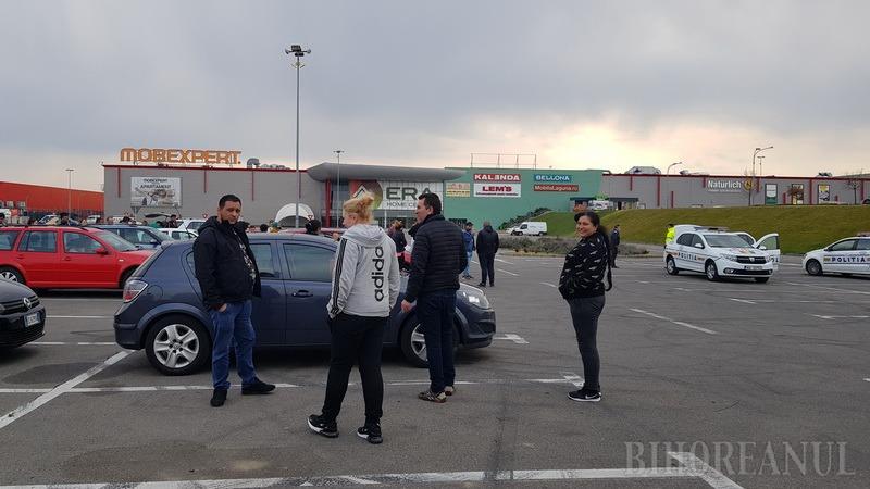 """Bulibăşeală cu repatriaţi, în parcarea ERA: Bihoreni care vor să """"fenteze"""" carantina şi cetăţeni din alte judeţe care pretind să plece neescortaţi unde vor (FOTO / VIDEO)"""