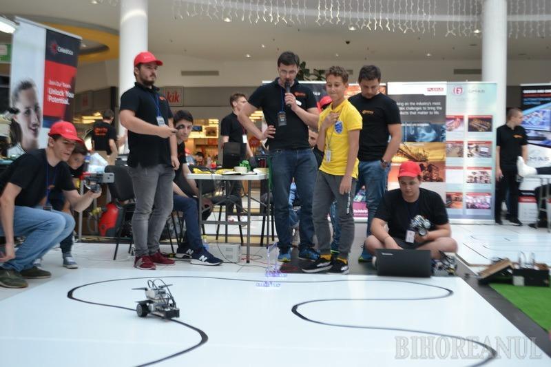 Bătălia roboţilor: Zeci de roboţei creaţi de studenţi şi elevi au făcut drift-uri, s-au bătut şi au mers pe tavan la ERA Park Oradea (FOTO / VIDEO)
