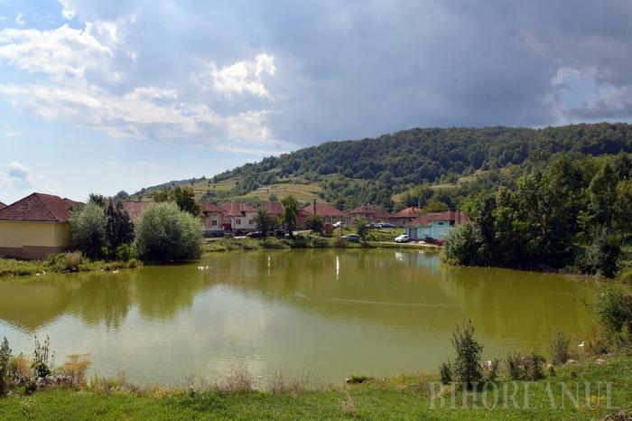 Tăul din mijlocul satului Coleşti, de lângă Vaşcău, este locul de întâlnire al bicicliştilor