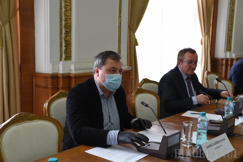 Cu măștile pe față: Consilierii locali din Oradea s-au întâlnit în pripă, pe repede-nainte, de teama coronavirusului (FOTO)