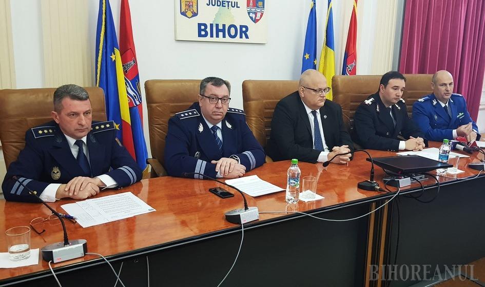Şedinţă la Prefectura Bihor: Şefii Poliţiei, ai Poliţiei de Frontieră, Jandarmeriei şi ISU dau sfaturi de sărbători