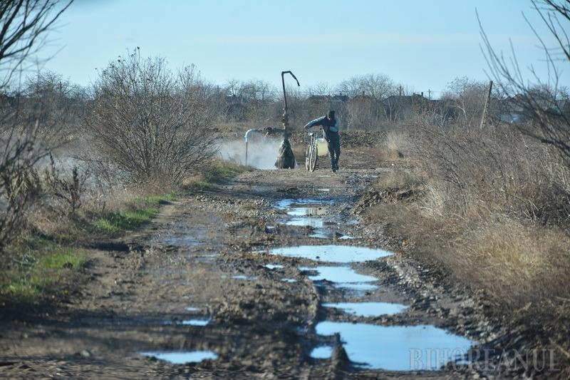 Pe apa Sâmbetei: De o jumătate de secol, sătenii din Roşiori se spală cu apă geotermală fierbinte ce se risipește în plin câmp (FOTO)