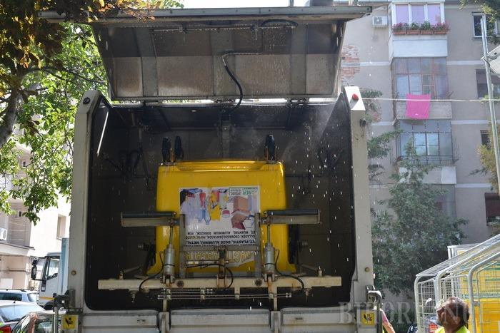 Marea săpuneală: RER spală şi dezinfectează containerele şi pubelele din oraş (FOTO)