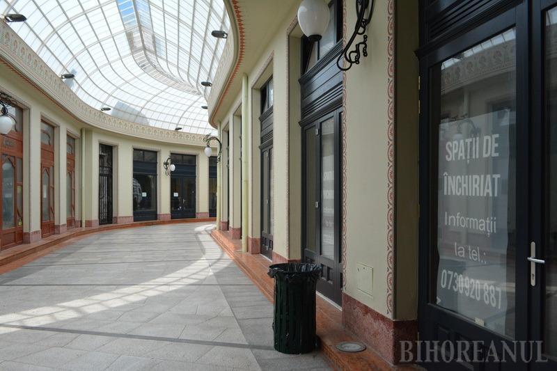 Palat abandonat: De ce a devenit Palatul Vulturul Negru din Oradea un loc lipsit de viaţă, cu majoritatea spaţiilor comerciale goale (FOTO)