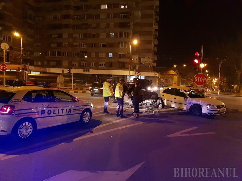 Intersecţia groazei: Un Duster şi-a făcut botul praf, lovindu-se de un Ford, lângă podul Dacia (FOTO/VIDEO)