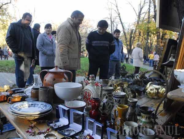 O nouă ediţie a târgului de obiecte antice cu mici şi bere în Parcul Bălcescu