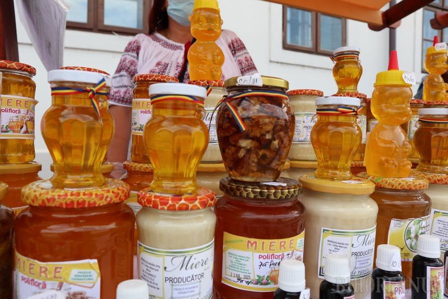 """A început Târgul """"Cămara Cetății"""" în Oradea: Printre delicatese, dovleci șarpe, vin de mure și zacuscă de păstrăv (FOTO / VIDEO)"""