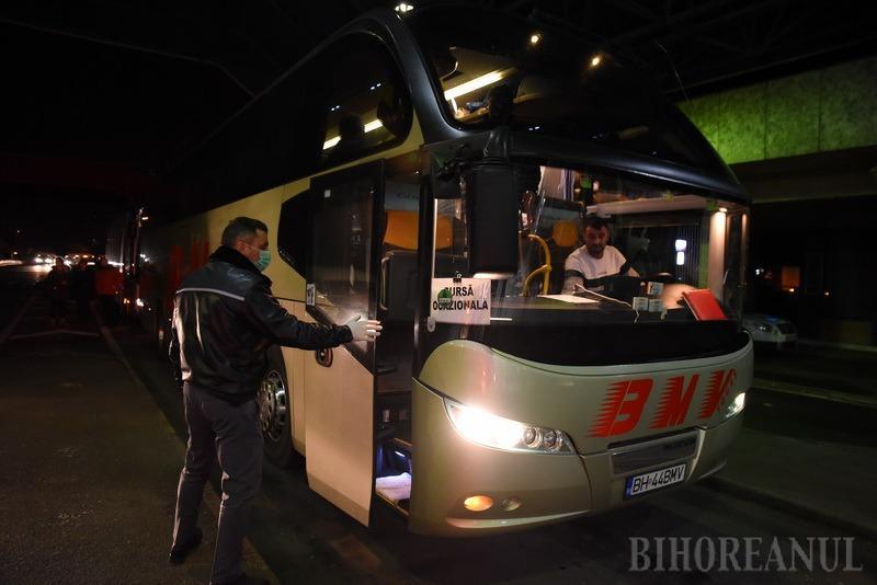 Teama de coronavirus: Primul autocar cu elevi întorşi din Italia a intrat în ţară prin Vama Borş (FOTO / VIDEO)