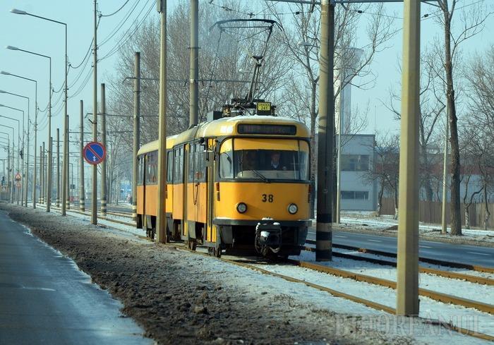 Un tânăr de 27 de ani, fără permis, a intrat cu BMW-ul într-un stâlp şi a întrerupt circulaţia tramvaielor