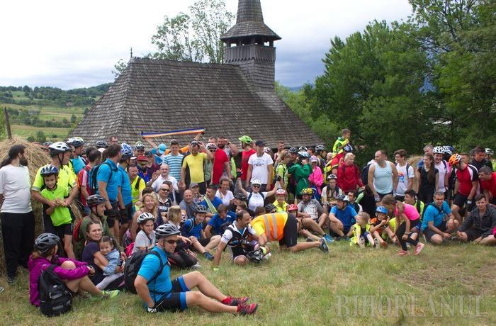 Redescoperă Bihorul pe bicicletă: Zeci de biciclişti au pedalat în zona Bratca, descoperind bisericile de lemn vechi de peste trei secole şi frumuseţile naturii (FOTO)