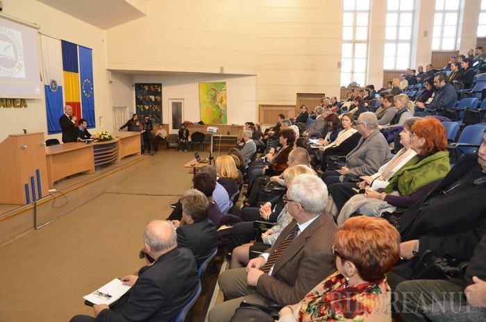Şedinţă festivă: Cel puţin de ochii lumii, senatorii Universităţii au făcut pace cu şefii instituţiei (FOTO)