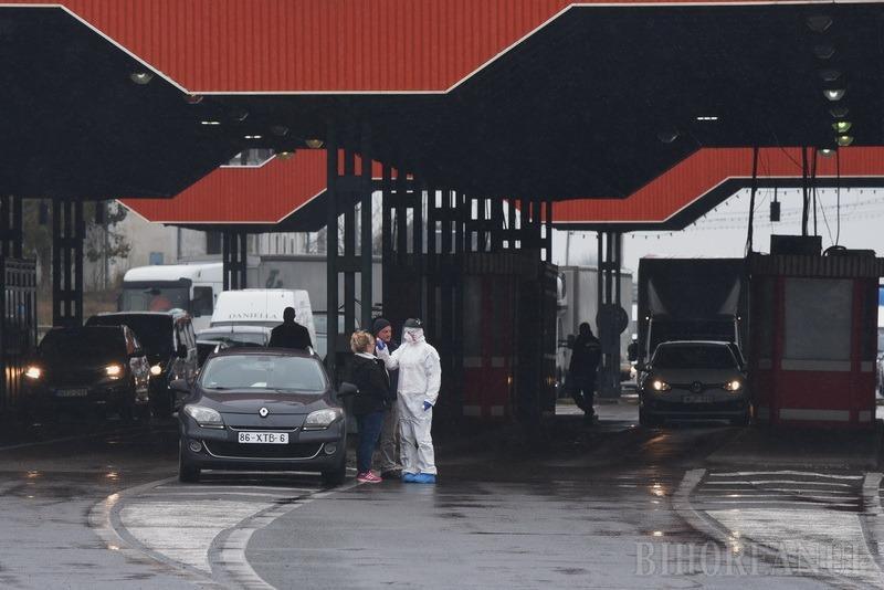 """Nelinişte în Vama Borş: Românii care vin din Italia ar vrea să meargă acasă, autorităţile îi trimit în carantină. Cinci corturi amenajate, pentru trierea """"italienilor"""" (FOTO / VIDEO)"""