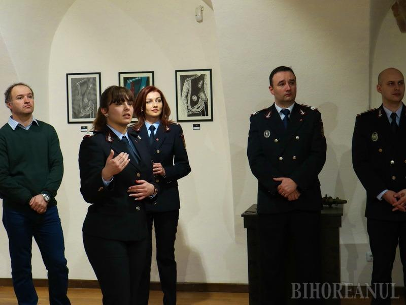 """Pompier cu pensulă: o tânără angajată a ISU Crișana și-a prezentat expoziția """"Translucid"""" (FOTO)"""