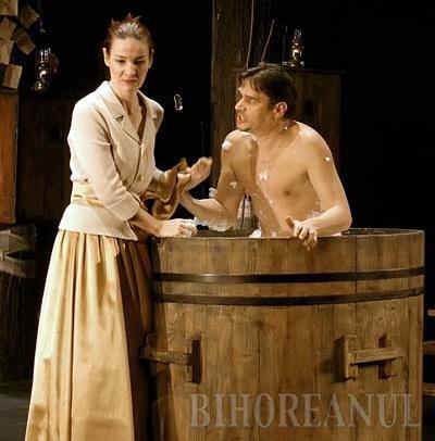 """ROL DUBLU. Daniel Vulcu (foto dreapta) joacă atât pe scenă, cât şi în """"spatele ei"""", actorul fiind în acelaşi timp şi directorul Festivalului de Teatru Scurt, pe care visează să-l transforme într-o manifestare internaţională"""