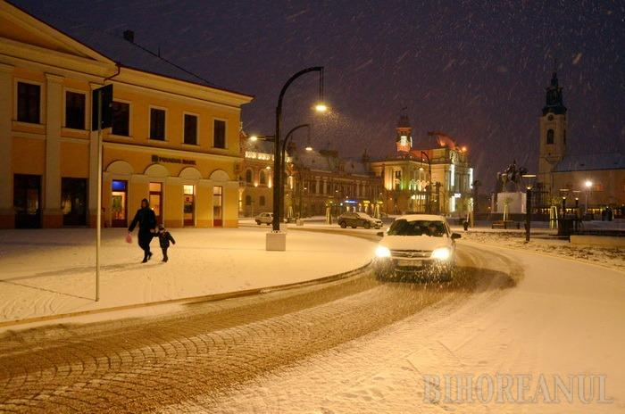 Oradea sub zăpadă: Vezi cum arată Piaţa Unirii îmbrăcată în alb! (FOTO)
