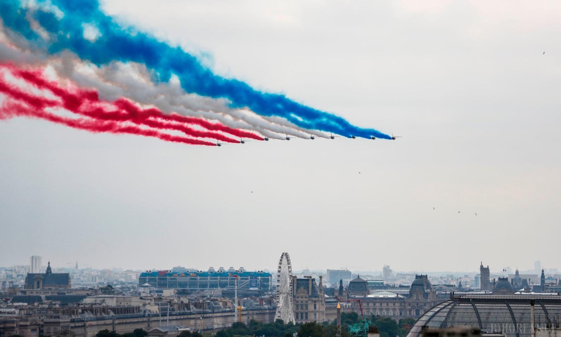 Viitorul e aici! Un soldat zburător a survolat Parisul, la parada de Ziua Franţei (FOTO / VIDEO)